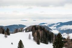 Mattina nebbiosa nelle montagne di inverno Fotografia Stock