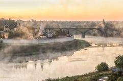 Mattina nebbiosa sopra il fiume Volga ed il monastero in Staritsa Fotografia Stock
