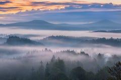 Mattina nebbiosa sopra la Svizzera della Boemia Immagini Stock