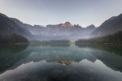 Mattina nebbiosa sopra Lake Laghi di Fusine Fotografie Stock Libere da Diritti