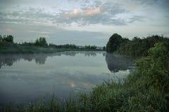 Mattina nebbiosa sul fiume Immagini Stock