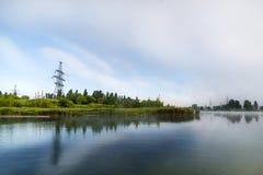 Mattina nebbiosa sul lago Fotografie Stock Libere da Diritti