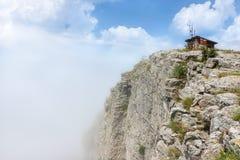 Mattina nebbiosa sulla sommità della roccia di Basara sulla vecchia montagna Immagini Stock