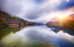 Mattina nebbiosa sulle alpi Austria Europa di Grundlsee del lago Immagine Stock