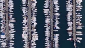 Mattina nel porticciolo greco, Atene, il mar Mediterraneo Video fucilazione aerea Molti yacht differenti, catamarani stock footage