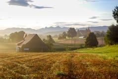 Mattina nel villaggio svizzero delle alpi Fotografia Stock Libera da Diritti