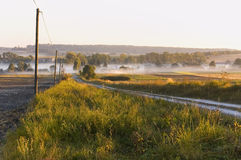 Mattina nella campagna, percorso del campo Immagini Stock