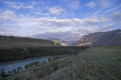 Mattina nella valle del fiume di Katun Montagne di Altai, Russia Fotografia Stock