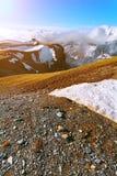 Mattina nelle montagne e nella neve bianca Fotografia Stock