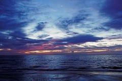 Mattina nuvolosa di alba arancio sulla stella della spiaggia in cielo Fotografie Stock Libere da Diritti