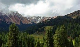 Mattina nuvolosa nelle montagne fotografia stock libera da diritti