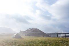 Mattina nuvolosa sulla cima della montagna di Seceda Fotografie Stock