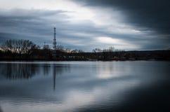 Mattina piovosa sopra il fiume Immagini Stock Libere da Diritti