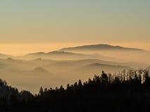Mattina prima dell'alba sopra le nuvole basse Fotografie Stock Libere da Diritti