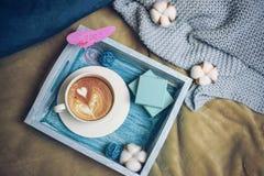 Mattina romantica sul San Valentino - la prima colazione a letto su un vassoio di legno del turchese è una tazza di caffè, vista  fotografia stock