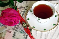 Mattina romantica Viaggio romantico Mattina romantica Sulla tavola sono gli orologi d'annata, sono aumentato, soldi, stanti accan immagini stock