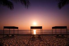 La mattina prende il sole sulla spiaggia di Hua Hin Fotografie Stock Libere da Diritti