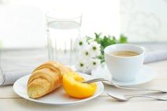 Mattina soleggiata con la prima colazione, caffè, croissant fotografia stock