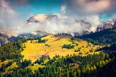 Mattina soleggiata di estate nelle alpi della dolomia Fotografie Stock