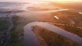 Mattina soleggiata luminosa sopra il fiume nebbioso Bello paesaggio aereo stock footage