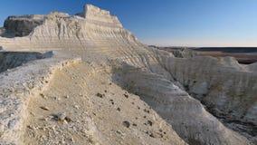Mattina soleggiata nel canyon gessoso pietroso bianco del cursore 4K di Kasakhstan stock footage