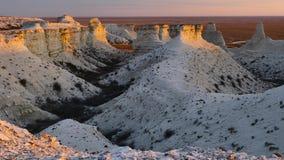 Mattina soleggiata nel canyon gessoso pietroso bianco del cursore 4K di Kasakhstan video d archivio