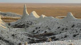 Mattina soleggiata nel canyon gessoso pietroso bianco del cursore 4K di Kasakhstan archivi video