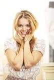 Mattina sorridente bionda del modello di modo Fotografia Stock