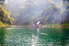 Mattina su Cheow Lan Lake, Khao Sok National Park Immagini Stock