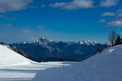 Mattina su un pendio dello sci di Dolomiti, Italia Immagine Stock
