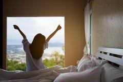 Mattina sul letto della donna Fotografia Stock
