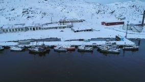 Mattina sul porto fluviale del Teriberka, video aereo di febbraio della Russia archivi video