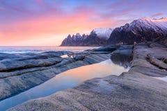 Mattina sulla spiaggia pietrosa della Norvegia Immagini Stock Libere da Diritti