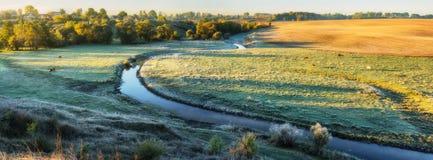 Mattina un'alba pittoresca di autunno Autumn River Fotografie Stock