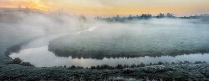 Mattina un'alba pittoresca di autunno Autumn River Immagini Stock Libere da Diritti