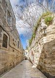 Mattina in una via stretta del quartiere residenziale ebraico fotografia stock libera da diritti
