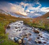 Mattina variopinta di autunno nelle montagne di Caucaso Immagini Stock