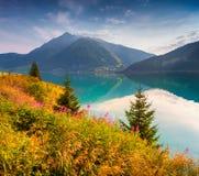 Mattina variopinta di estate nel lago Resia (Reschensee) Immagine Stock