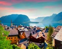 Mattina variopinta di estate nel villaggio di Hallstatt nell'austriaco Fotografia Stock Libera da Diritti