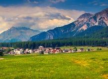 Mattina variopinta di estate sul villaggio di Monteplair in alpe italiana Fotografia Stock Libera da Diritti