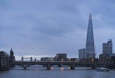 Mattina variopinta e calma blu di autunno con il Tamigi ed il coccio a Londra Immagine Stock