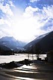 Mattina in villaggio alpino immagine stock