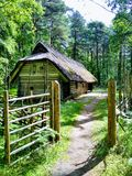 Mattina, villaggio, aria pulita e casa di legno immagini stock libere da diritti