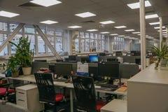 Mattina vuota in anticipo dell'ufficio con nessuno dentro fotografia stock libera da diritti