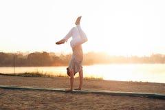 Mattine atletiche di allenamento del giovane nel parco vicino al lago Fotografie Stock Libere da Diritti