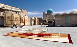 Mattmarknad i Bukhara - denna bazar är en av den bästa marknaden av mattor i Uzbekistan Arkivfoton