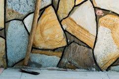 Mattock Полагать-к стене с большими камнями мозаики стоковое изображение