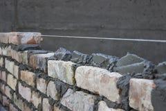 Mattone che si situa, lavoro di muratura che sparge un giunto del letto Immagine Stock Libera da Diritti