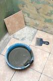 Mattone della ceramica che pone sul pavimento immagini stock libere da diritti