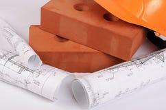 Mattone della costruzione con un casco Fotografie Stock Libere da Diritti